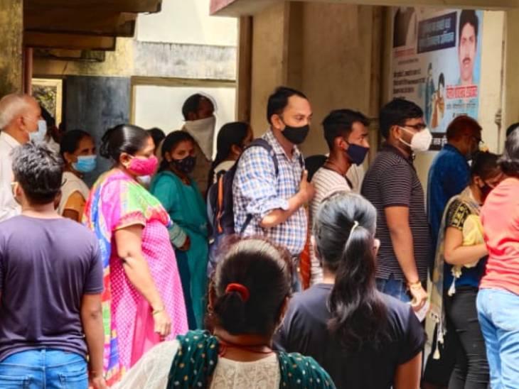 लखनऊ में 461 बूथों पर एक लाख लोगों को टीका लगाने का टारगेट, लोकबंधु अस्पताल में उमड़ी भीड़, सोशल डिस्टेंसिंग भूले|लखनऊ,Lucknow - Dainik Bhaskar