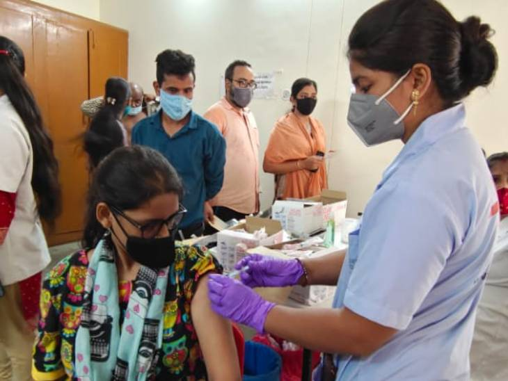 लखनऊ में वैक्सीनेशन कैंप में जुटे लोग।