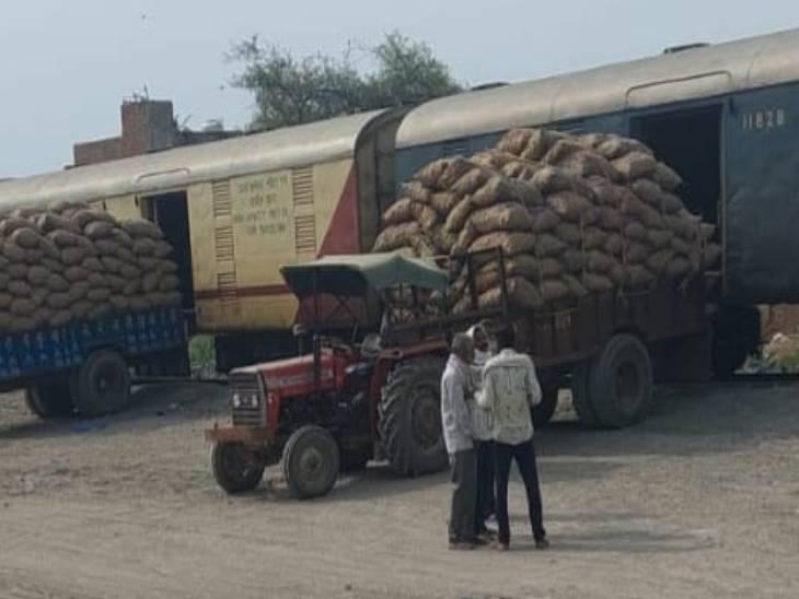 यमुना ब्रिज स्टेशन पर किसान एक्सप्रेस ट्रेन से आसाम आलू भेजा गया है।