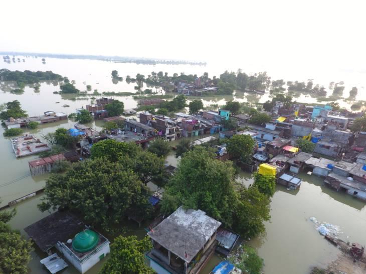 गोरखपुर में राप्ती और रोहिन नदियों का जलस्तर घट रहा है। हालांकि, अब भी ये नदियां खतरे के निशान से ऊपर बह रही हैं। राप्ती नदी का जलस्तर खतरे के निशान से 3 मीटर ऊपर है। वहीं, रोहिन नदी भी खतरे के निशान 82 मीटर से करीब 3 मीटर ऊपर 85 मीटर पर बह रही है।