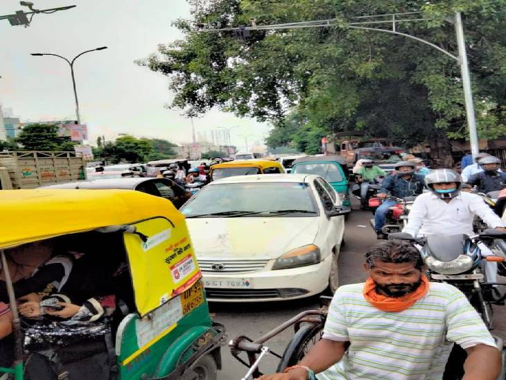 प्रदर्शन और राजनैतिक गतिविधयों से बनी जाम की स्थित, बसपा कार्यालय और ईको गार्डन जाने वाले मार्ग वाहनों की लंबी लाइन|लखनऊ,Lucknow - Dainik Bhaskar