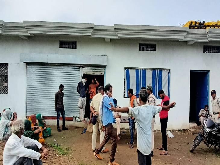 फायरिंग के बाद बेलखेड़ा पुलिस गुंदरई गांव निवासी राजपाल के घर जांच करने पहुंची। - Dainik Bhaskar