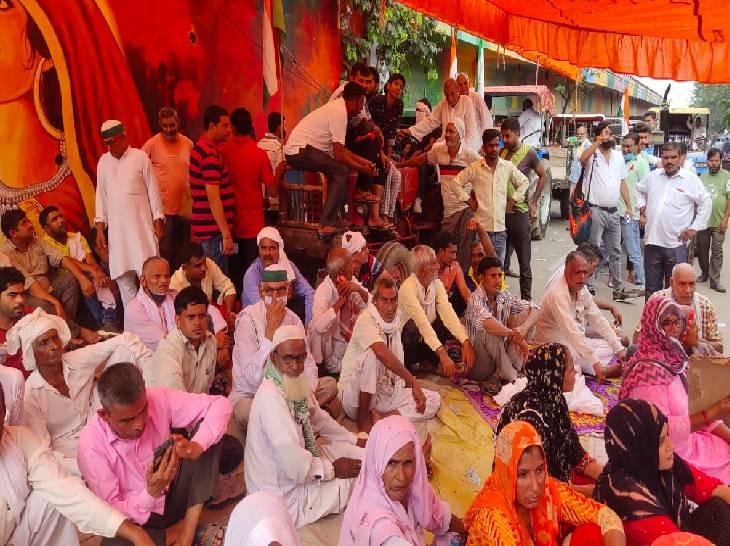 छह गांव के किसानों ने गाजियाबाद विकास प्राधिकरण के बाहर धरना दिया, इसमें महिलाएं भी शामिल हुईं। - Dainik Bhaskar