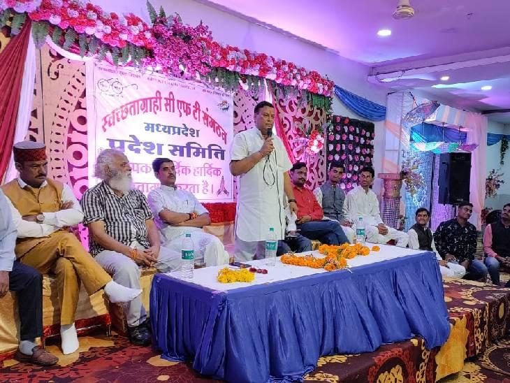 पंचायतकर्मियों की सोमवार को हुई मीटिंग में रणनीति के बारे में बताते मोर्चा के प्रदेश संयोजक दिनेश शर्मा व मौजूद अन्य पदाधिकारी। - Dainik Bhaskar
