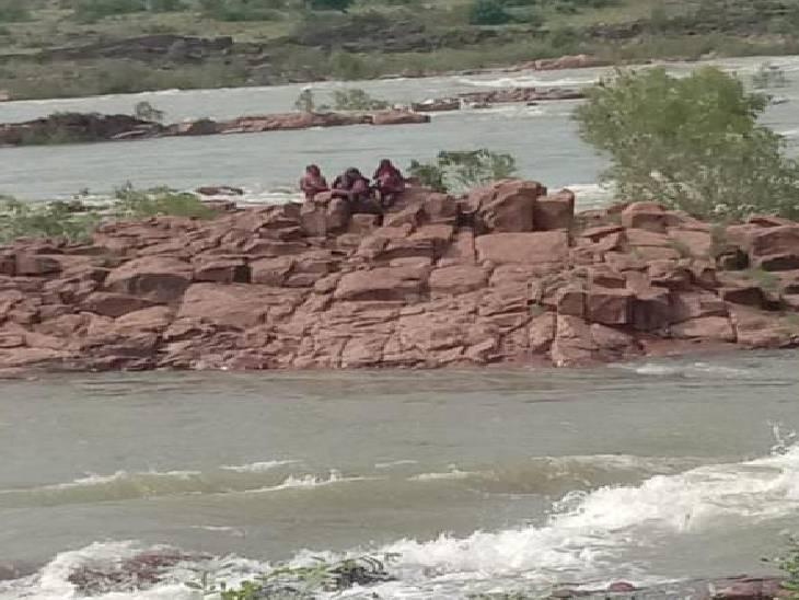 ललितपुर में टापू पर फंसी तीन महिलाएं। - Dainik Bhaskar