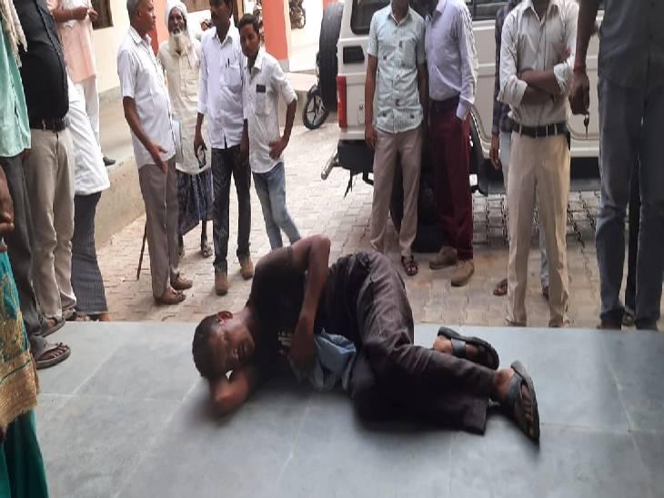 बदायूं में पुलिस की पिटाई से घायल हुआ युवक। - Dainik Bhaskar