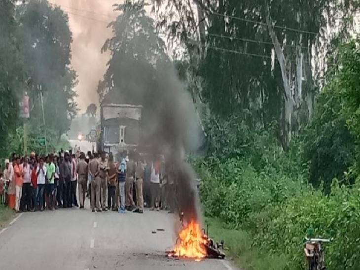 मिर्जापुर में ट्रक की टक्कर से बाइक में लगी आग। - Dainik Bhaskar