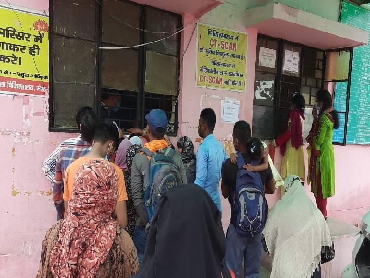 पीएल शर्मा जिला अस्पताल में पर्चा काउंटर पर लगी भीड़।
