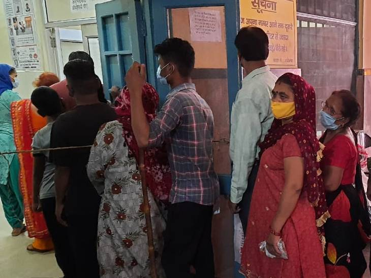 जिला अस्पताल में ओपीडी के बाहर लगी मरीजों की लाइन।