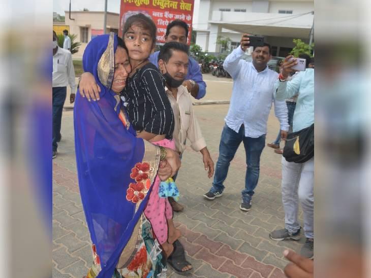 एक मां अपने बीमार बच्चों को अस्पताल लेकर पहुंची है।