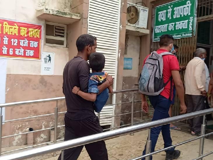 फिरोजाबाद में बच्चे को गोद में लिए हुआ परिजन।