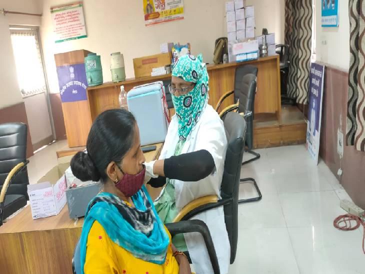 मेरठ के सूरजकुंड स्थित कम्युनिटी हेल्थ सेंटर में वैक्सीनेशन कैम्प में टीका लगवाती महिला - Dainik Bhaskar