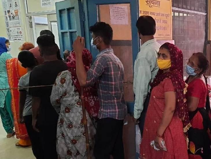 मथुरा के अस्पतालों में भी लंबी लाइन लगी है।