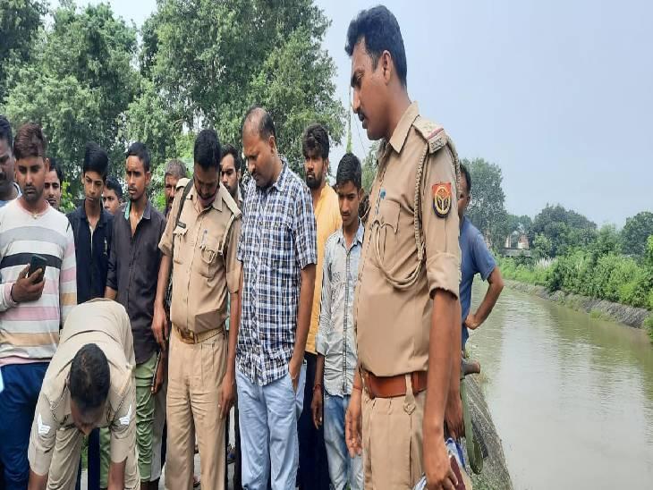 मामले की जांच करती पुलिस। - Dainik Bhaskar
