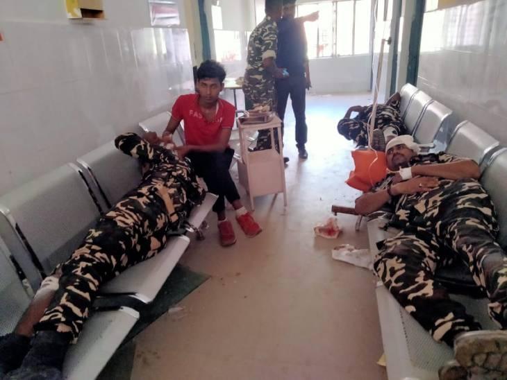 हादसे में घायल जवानों को जिला अस्पताल रेफर किया गया है।