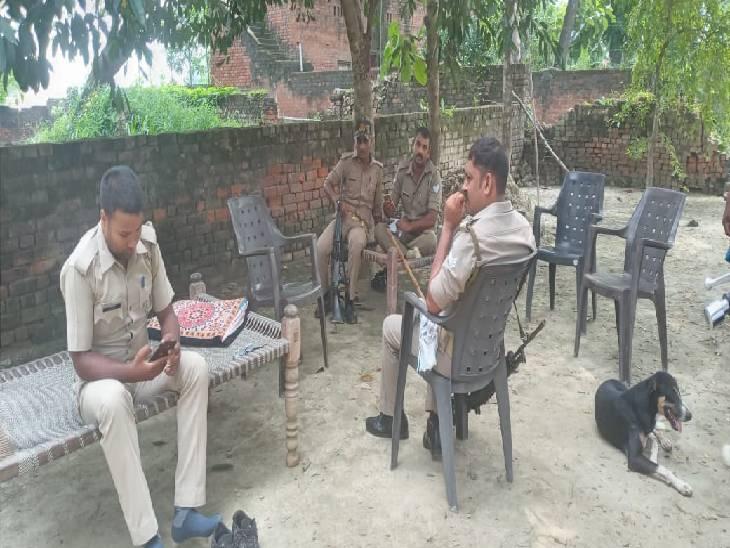 बुजुर्ग के घर पर तैनात पुलिस फोर्स। - Dainik Bhaskar