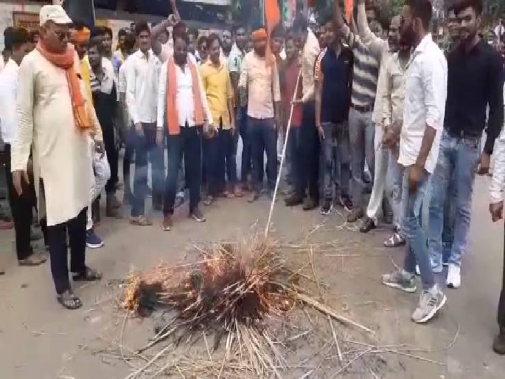 शाहजहांपुर में अख्तर की बयानबाजी का विरोध, विश्व हिंदू परिषद ने कहा-सरकार करे कार्रवाई, नहीं तो हम खुद निपट लेंगे|शाहजहांपुर,Shahjahanpur - Dainik Bhaskar