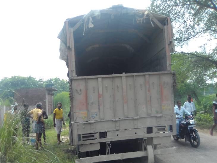 करंट की चपेट में आने से ट्रक में लगी आग। - Dainik Bhaskar