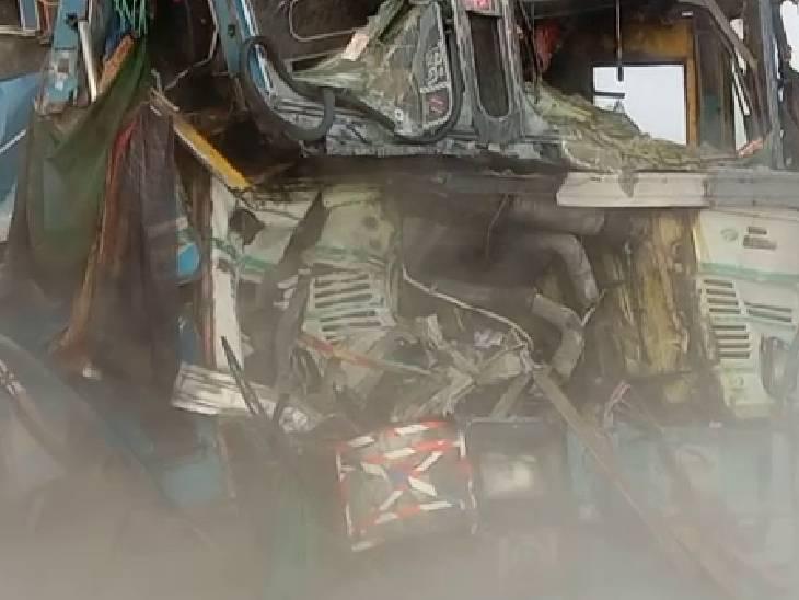 एसिड भरे खड़े टैंकर में ट्रक ने मारी टक्कर, दो घायल; एसिड के धुएं से ट्रैफिक बंद, फायरबिग्रेड कर रही पानी का छिड़काव|सोनभद्र,Sonbhadra - Dainik Bhaskar