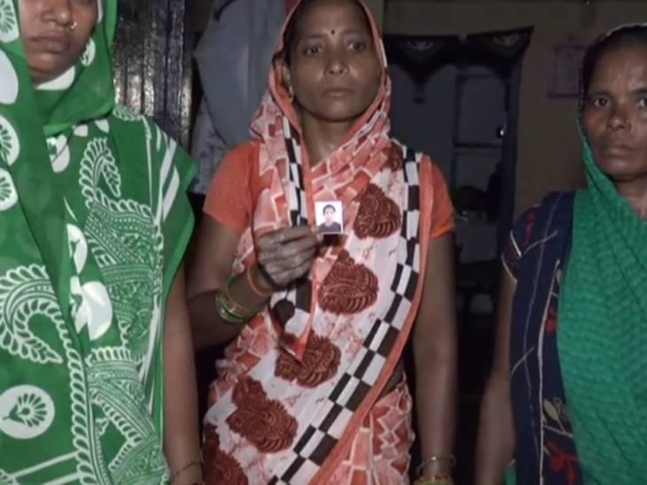 बीते शुक्रवार को गांव में 12 साल की तन्नू की महज 5 घंटे के भीतर मौत हो गई थी। उसकी फोटो दिखाते परिवार के लोग।