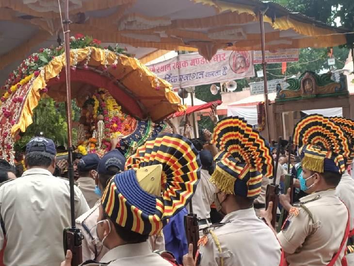 गार्ड ऑफ ऑनर के साथ शुरू हुई सवारी, युवा कंधे पर लेकर चले भगवान धारनाथ की पालकी|धार,Dhar - Dainik Bhaskar