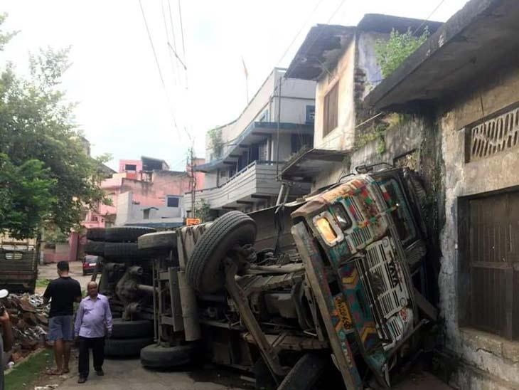 जुगसलाई में 12 चक्का वाहन अनियंत्रित होकर पलटा, घर क्षतिग्रस्त; घटना के वक्त कोई नहीं था घर में|झारखंड,Jharkhand - Dainik Bhaskar