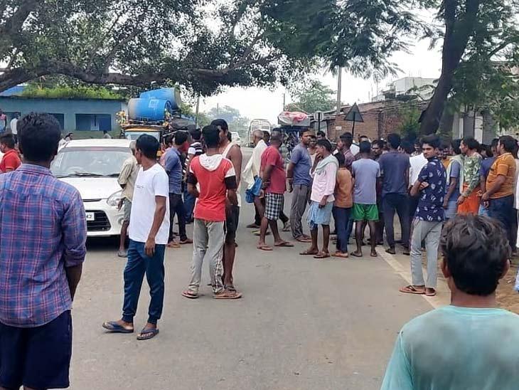 लातेहार में हाथियों का उत्पात, 15 मिनट के अंतराल पर दो युवकों को पटक कर मार डाला; आक्रोशितों ने किया रोड जाम|झारखंड,Jharkhand - Dainik Bhaskar