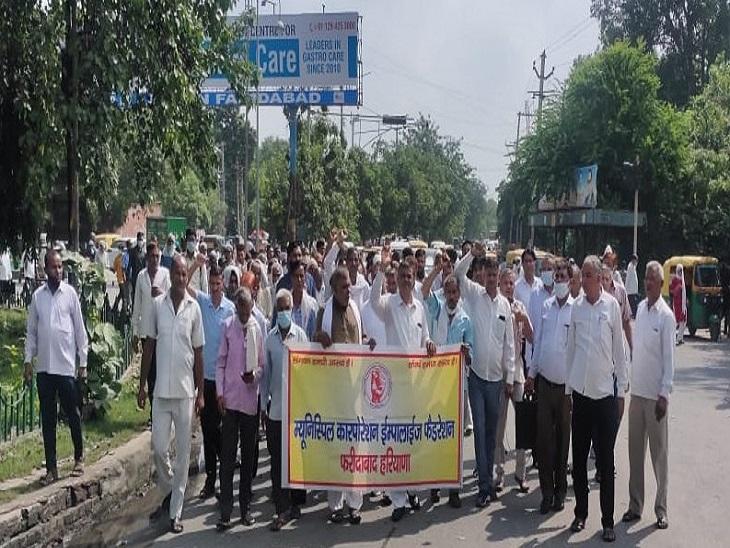 अल्टीमेटम खत्म, नहीं मिला वेतन, निगम कर्मचारियों ने मुख्यालय पर किया विरोध प्रदर्शन|फरीदाबाद,Faridabad - Dainik Bhaskar