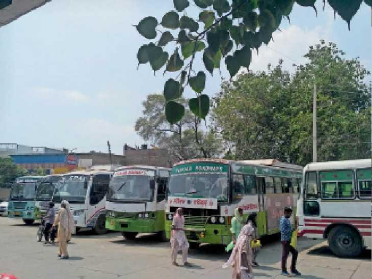 हड़ताल के चलते फाजिल्का के बस स्टैंड पर खड़ी बसें व इधर-उधर परेशान होते यात्री। - Dainik Bhaskar
