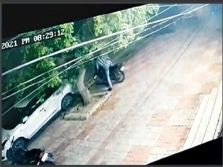रणजीत एवेन्यू डी-ब्लॉक से बाइक चुराता शख्स सीसीटीवी में कैद। - Dainik Bhaskar