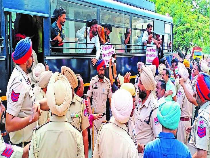 बठिंडा में टेट पास बेरोजगार टीचर्स का वित्तमंत्री के दफ्तर के सामने प्रदर्शन, खून निकाल बैरिकेड पर गिराया - Dainik Bhaskar