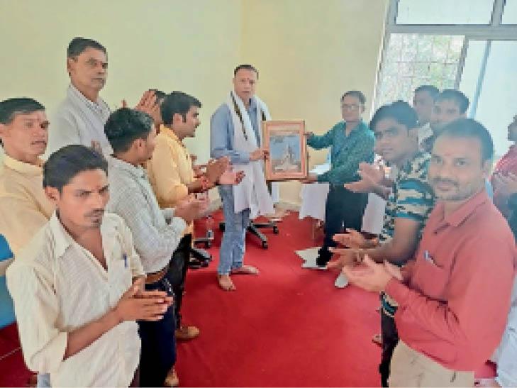 रावतपुरा संस्थान में शिक्षक का सम्मान करते हुए छात्र । - Dainik Bhaskar