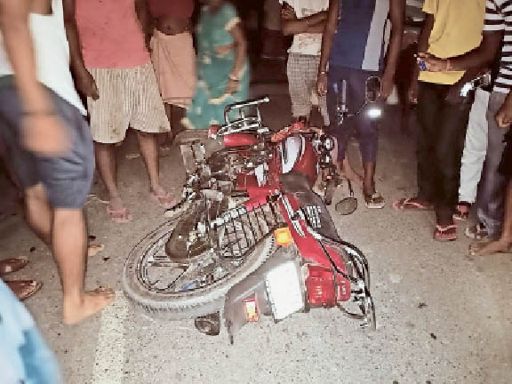 दुर्घटनाग्रस्त बाइक व जाम में फंसी वाहन। - Dainik Bhaskar