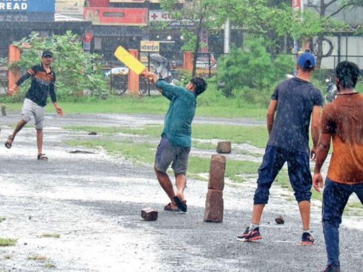सुहाने संडे पर कई लोग परिवार के साथ पर्यटक स्थलों पर घूमने पहुंचे तो युवाओं ने तेज बारिश में क्रिकेट भी खेला। यह नजारा बिट्ठन मार्केट दशहरा मैदान का है। - Dainik Bhaskar