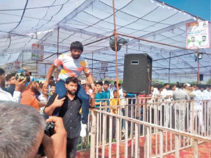 गांव खुड्डन में बजरंग को सम्मान समारोह में कंधे पर उठाकर लाते हुए। - Dainik Bhaskar