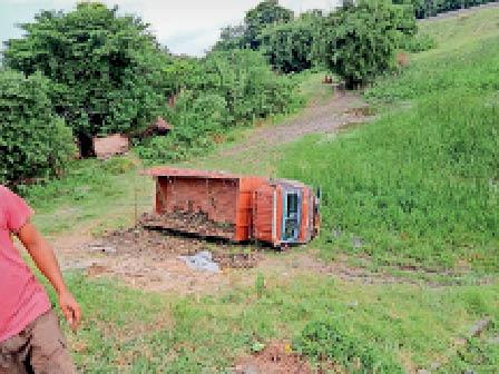 एनएच-57 किनारे पलटा ट्रक। - Dainik Bhaskar