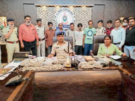 जानकारी देते एएसपी महादेवा, पीछे पकड़े गए आरोपी। - Dainik Bhaskar
