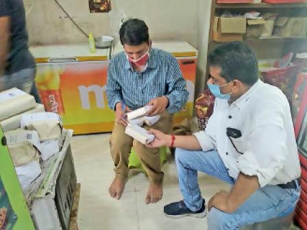 टीम ने खाद्य दुकानों से सैंपल लिए। - Dainik Bhaskar
