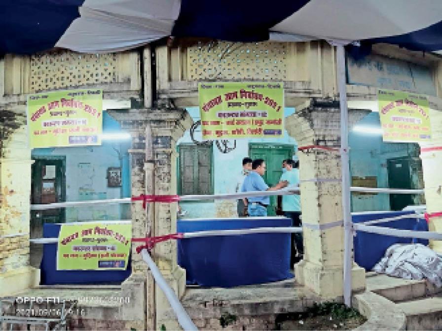 गुरारू प्रखंड मुख्यालय में नामांकन के लिए बनाए गए काउंटर। - Dainik Bhaskar