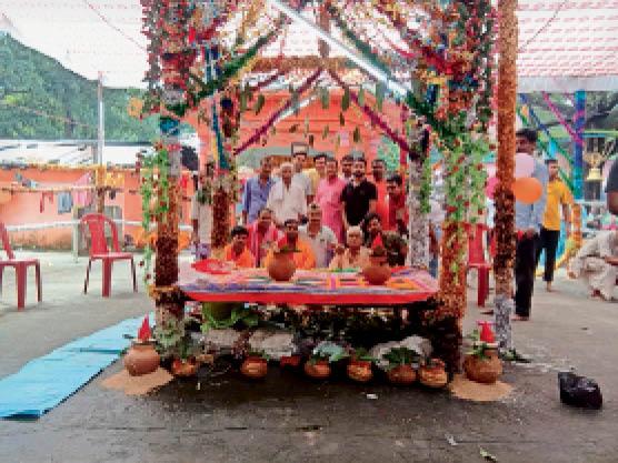 जटाशंकर मंदिर में अखंड अष्टयाम के लिए पूजन करते श्रद्धालु। - Dainik Bhaskar