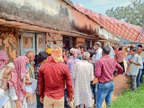 बेनीपुर प्रखंड परिसर में नाजिर रसीद कटाने के लिए लगी लंबी लाइन। - Dainik Bhaskar