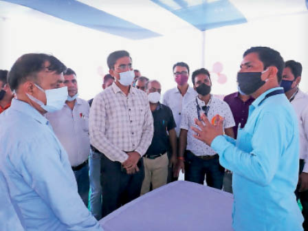 प्रशिक्षण केंद्र पर जानकारी लेते डीएम शीर्षत कपिल अशोक। - Dainik Bhaskar