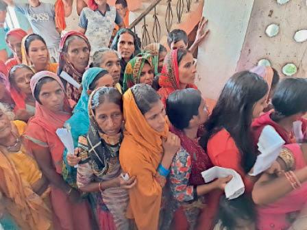 पचपकड़ी पंचायत भवन टीकाकेंद्र पर सात बजे ही लगी लोगों की भीड़। - Dainik Bhaskar