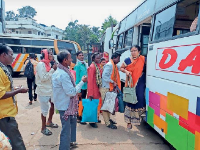 पोला पर्व के कारण बसों में यात्रियों की भीड़ बढ़ गई है। लोगों को सीट तक नहीं मिल पा रही है। - Dainik Bhaskar