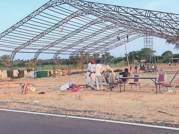 बाड़मेर. गांधव में हवाई पट्टी के पास डोम तैयार करते हुए। - Dainik Bhaskar