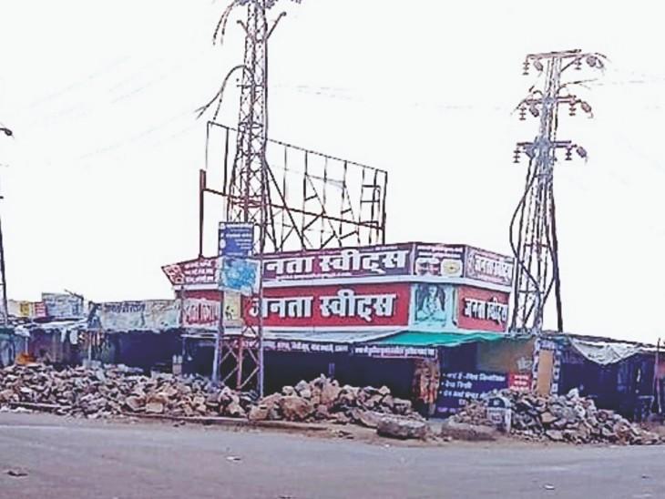 बाड़मेर.शहर के सिणधरी चौराहे के पास औद्योगिक प्रयोजनार्थ आरक्षित जमीन पर बनी दुकानों के आगे डाली गई निर्माण सामग्री। - Dainik Bhaskar