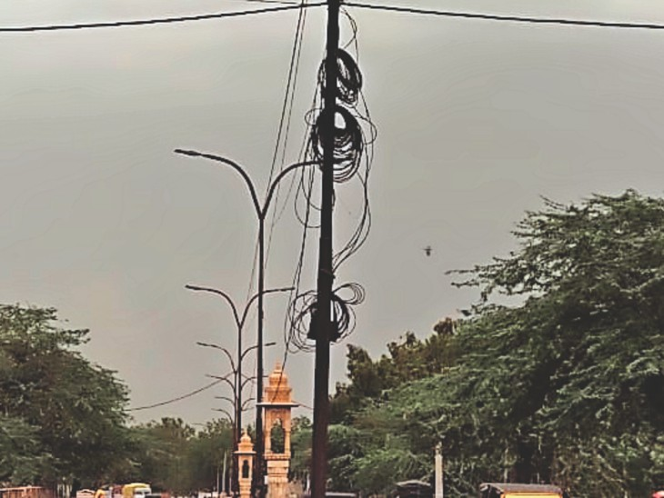 बाड़मेर.शहर में रामूबाई स्कूल के पास पोल पर लगी केबलें। - Dainik Bhaskar