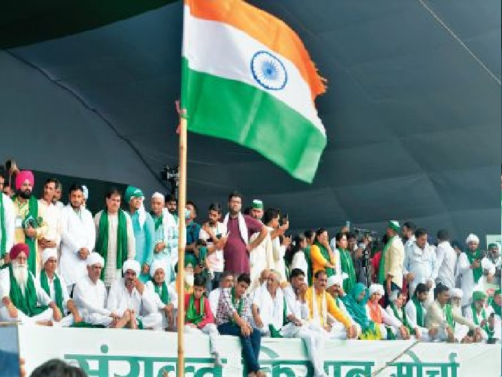 मुजफ्फरनगर में रविवार को महापंचायत के दौरान मंच पर जुटे देशभर से पहुंचे विभिन्न राज्यों के किसान नेता। - Dainik Bhaskar