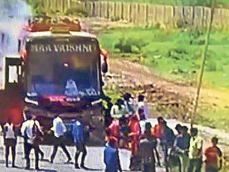 हैंगिंग ब्रिज के पास 70 यात्रियों से भरी निजी बस में लगी आग, ड्राइवर की सूझबूझ से टला बड़ा हादसा|कोटा,Kota - Dainik Bhaskar