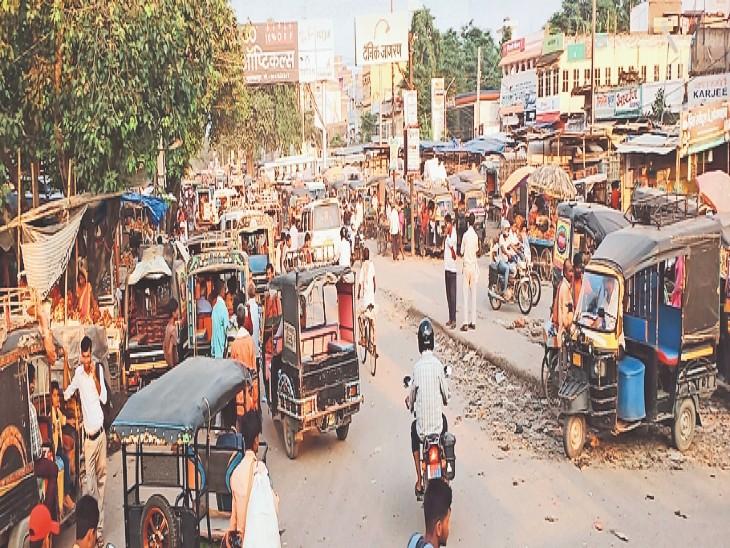 जीरोमाइल चौक पर इसी तरह पूरी सड़क पर लगे रहते ऑटो व सजी रहतीं दुकानें। - Dainik Bhaskar